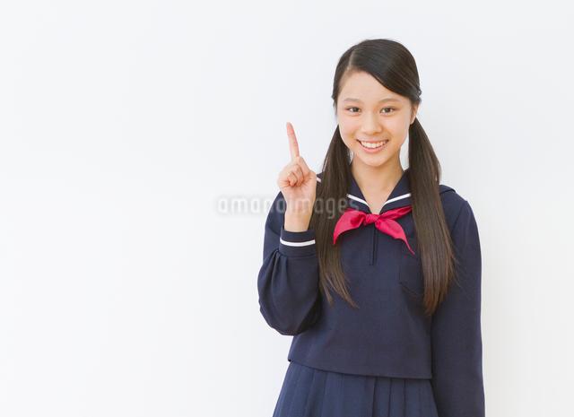 制服(セーラー服)を着る女子中学生のポートレートの写真素材 [FYI01480924]
