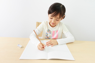 勉強する6歳の女の子の写真素材 [FYI01480929]