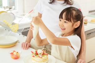 キッチンで料理をする母子の写真素材 [FYI01480947]