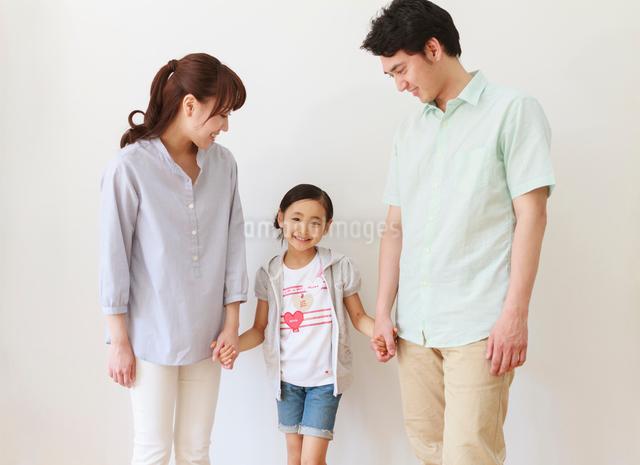 仲の良い家族のポートレートの写真素材 [FYI01480950]