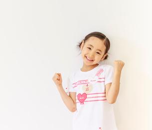元気のよい6歳の女の子のポートレートの写真素材 [FYI01480973]