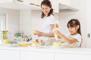 キッチンで料理をする母子の写真素材 [FYI01480985]