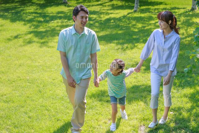 新緑の中の談笑する家族の写真素材 [FYI01480994]