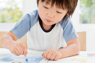 クレヨンで絵を描く男の子の写真素材 [FYI01481026]