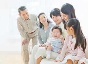 ソファーで団らんする三世代家族の写真素材 [FYI01481033]