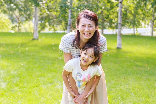 新緑の中、仲の良い母子の写真素材 [FYI01481035]