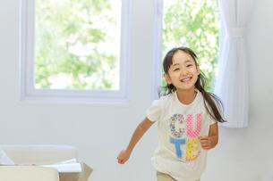 リビングで遊ぶ6歳の女の子の写真素材 [FYI01481044]