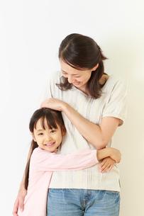 仲の良い母子のポートレートの写真素材 [FYI01481051]