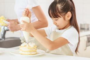 キッチンで料理をする母子の写真素材 [FYI01481077]