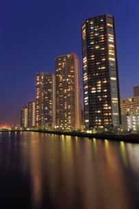 辰巳運河とタワーマンション群の夜景の写真素材 [FYI01481114]