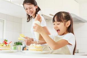 キッチンで料理をする母子の写真素材 [FYI01481143]