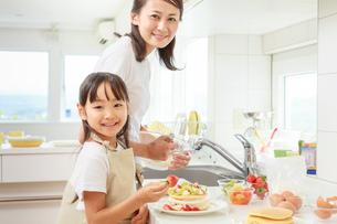 キッチンで料理をする母子の写真素材 [FYI01481148]