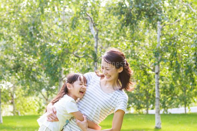 新緑の中、仲の良い母子の写真素材 [FYI01481168]