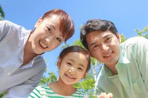 青空の下、笑顔の家族の写真素材 [FYI01481186]