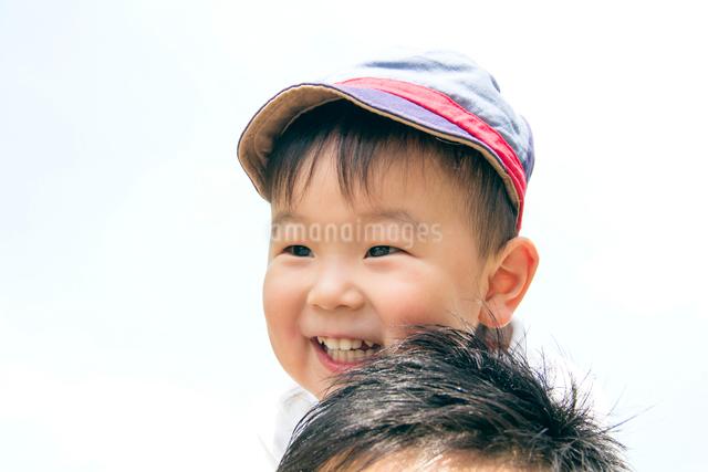 肩車してもらって喜ぶ男の子の写真素材 [FYI01481231]