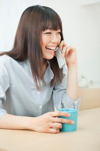 携帯電話で話す20代女性の写真素材 [FYI01481236]