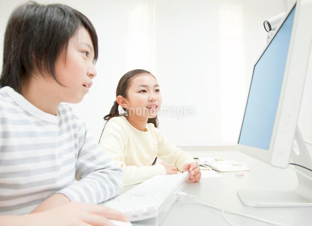 パソコンを操作する男の子と女の子の写真素材 [FYI01481245]