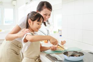 キッチンで料理をする母子の写真素材 [FYI01481279]