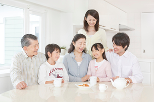 リビングで談笑する三世代家族の写真素材 [FYI01481288]