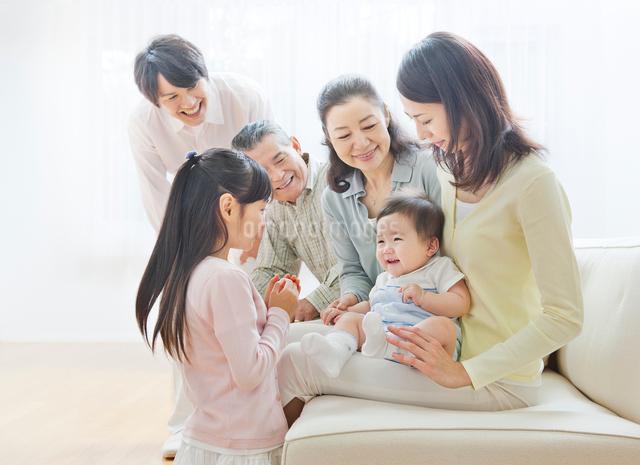 ソファーで団らんする三世代家族の写真素材 [FYI01481290]
