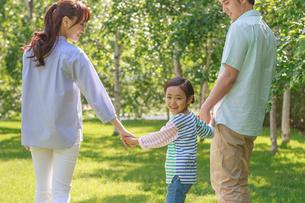 新緑の中、元気な家族の写真素材 [FYI01481291]