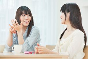 会話を楽しむ2人の20代女性の写真素材 [FYI01481340]