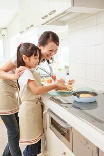 キッチンで料理をする母子の写真素材 [FYI01481378]