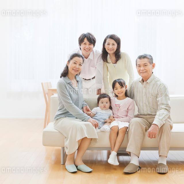 ソファーで団らんする三世代家族の写真素材 [FYI01481424]