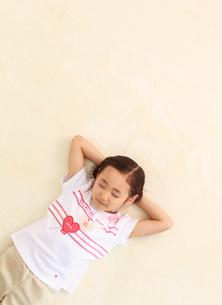 寝転がる6歳の女の子の写真素材 [FYI01481458]