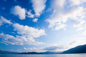 十和田湖と青空と雲の写真素材 [FYI01481542]