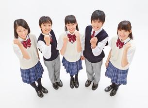 5人の制服を着る中学生男女の俯瞰のポートレートの写真素材 [FYI01481550]