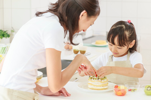 キッチンで料理をする母子の写真素材 [FYI01481565]