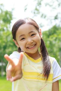 新緑の中の6歳の女の子/ポートレートの写真素材 [FYI01481580]