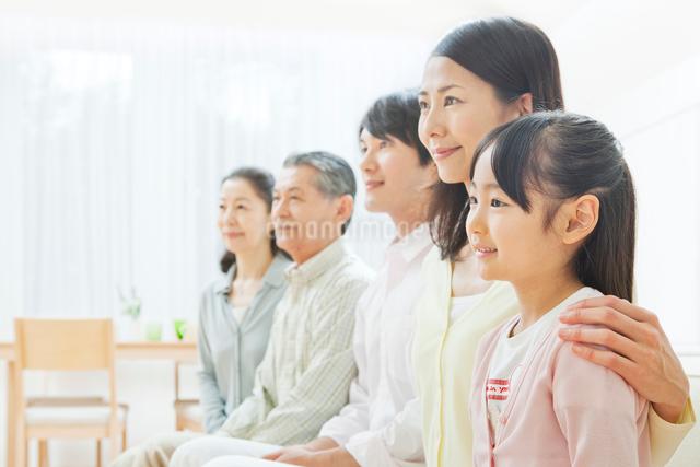 ソファーで団らんする三世代家族の写真素材 [FYI01481668]