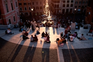 スペイン階段に座る人々 ローマの写真素材 [FYI01481756]