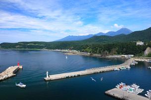 ウトロ港と知床連峰の写真素材 [FYI01482379]