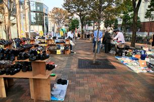 大森ベルポート 南口広場のフリーマーケットの写真素材 [FYI01483270]