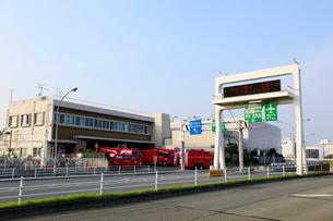 蒲田消防署空港分署と首都高速道路空港西入口の写真素材 [FYI01483450]