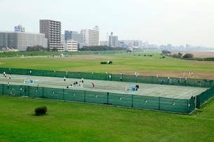 多摩川六郷橋緑地テニスコートの写真素材 [FYI01483661]