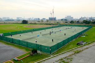 多摩川六郷橋緑地テニスコートの写真素材 [FYI01484182]