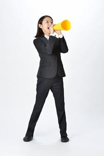 スーツを着てメガフォンで応援する女性の写真素材 [FYI01484425]