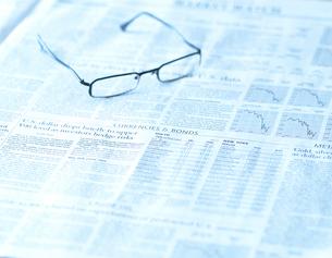 眼鏡と新聞の写真素材 [FYI01484456]