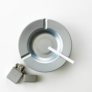 灰皿とたばことライターの集合の写真素材 [FYI01484607]