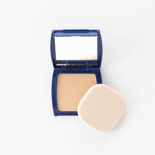 白い背景に置かれた化粧道具の写真素材 [FYI01484688]