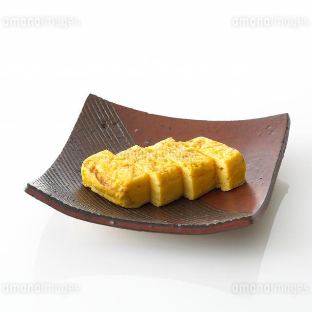 皿に盛った卵焼きの写真素材 [FYI01484753]