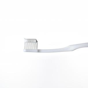 白い歯ブラシと歯磨き粉の写真素材 [FYI01484887]