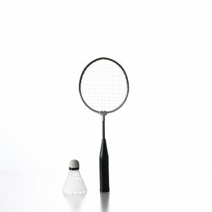白い背景とバトミントンラケットとはねの写真素材 [FYI01484911]