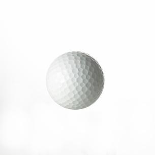 白い背景のゴルフボールの写真素材 [FYI01485146]
