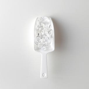 白い背景の氷の写真素材 [FYI01485246]