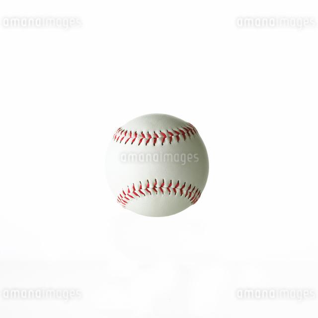 白背景の中の野球ボールの写真素材 [FYI01485674]